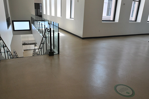 Concrete floor with cementitious overlays
